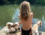 Η κόρη του Μικ Τζάγκερ κολυμπά τόπλες στη λίμνη και αναστατώνει το Instagram