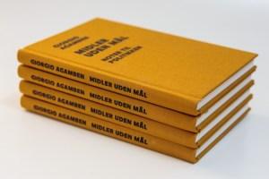 Midler uden mål. Noter til politikken Forfatter: Giorgio Agamben  Originaltitel: »Mezzi senza fine. Note sulla politica«  Forord og oversættelse: Søren Gosvig Olesen  Tilrettelæggere: Per Andersen og Klaus Gjørup  Lærredsindbundet, 14,0 x 21,0 cm, 136 sider  Udgivet marts 2015 ISBN: 978-87-997562-4-7  Pris: kr. 229,- Anmeldt af Cand. mag. i filosofi Lasse Martin Jørgensen  Anmeldesen er venligt til til rådighed af Dansk Filosofisk Selskab