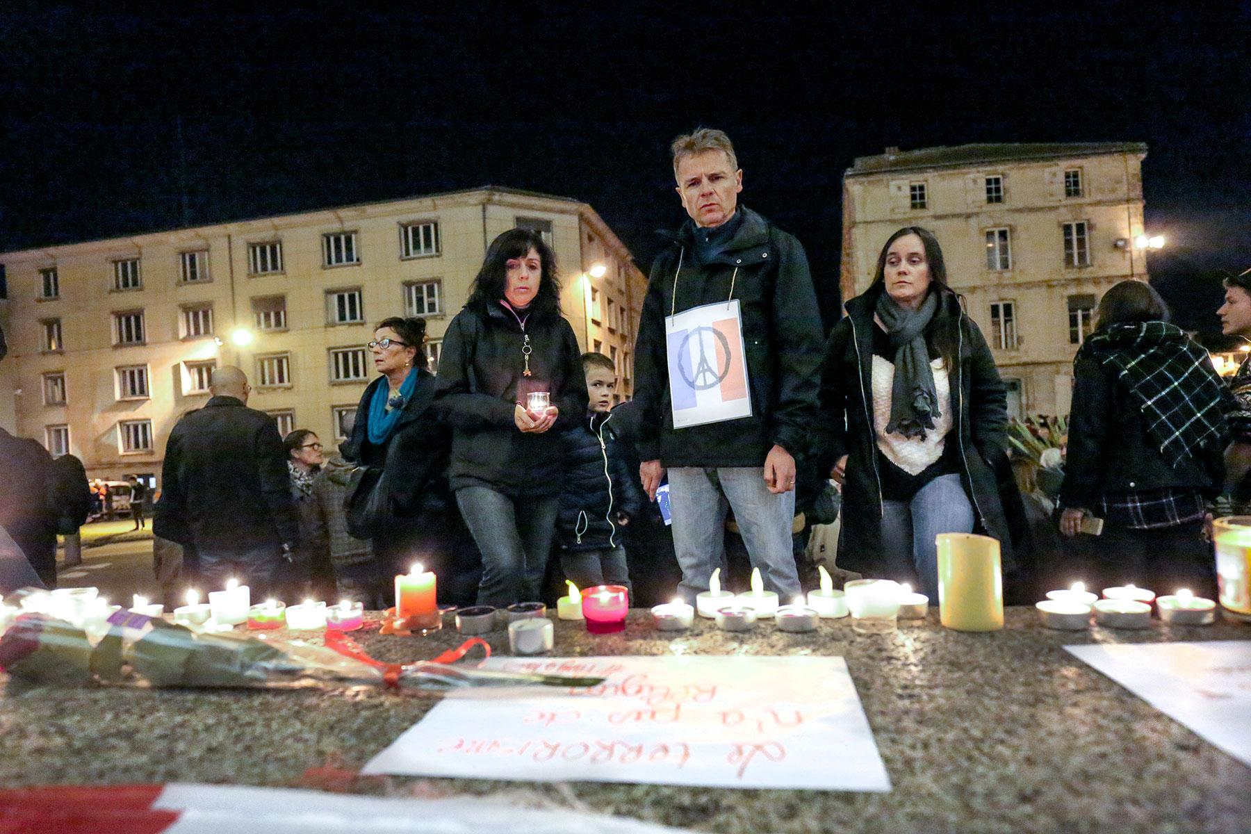 7 janvier - 13 novembre. 2.015 aura été définitivement marqué par les attentats de Charlie et du Bataclan dont les commémorations ont rapproché les Français dans la douleur et la colère. À Niort comme dans le monde entier, les hommages aux victimes ont connu une résonance incomparable. @ Eric Pollet