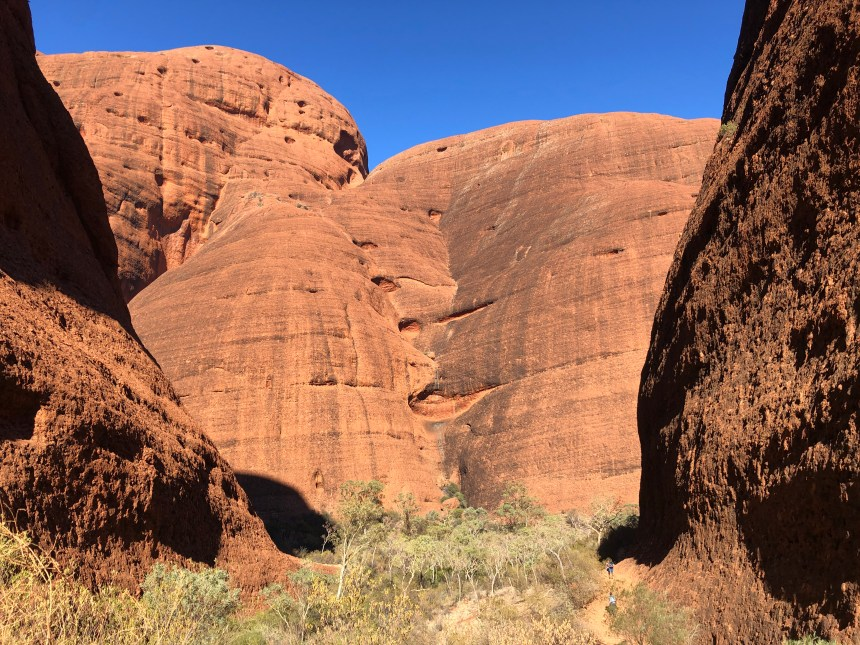 fitness travel blogger Erica Rascon hikes Valley of the Winds in Kata Tjuta
