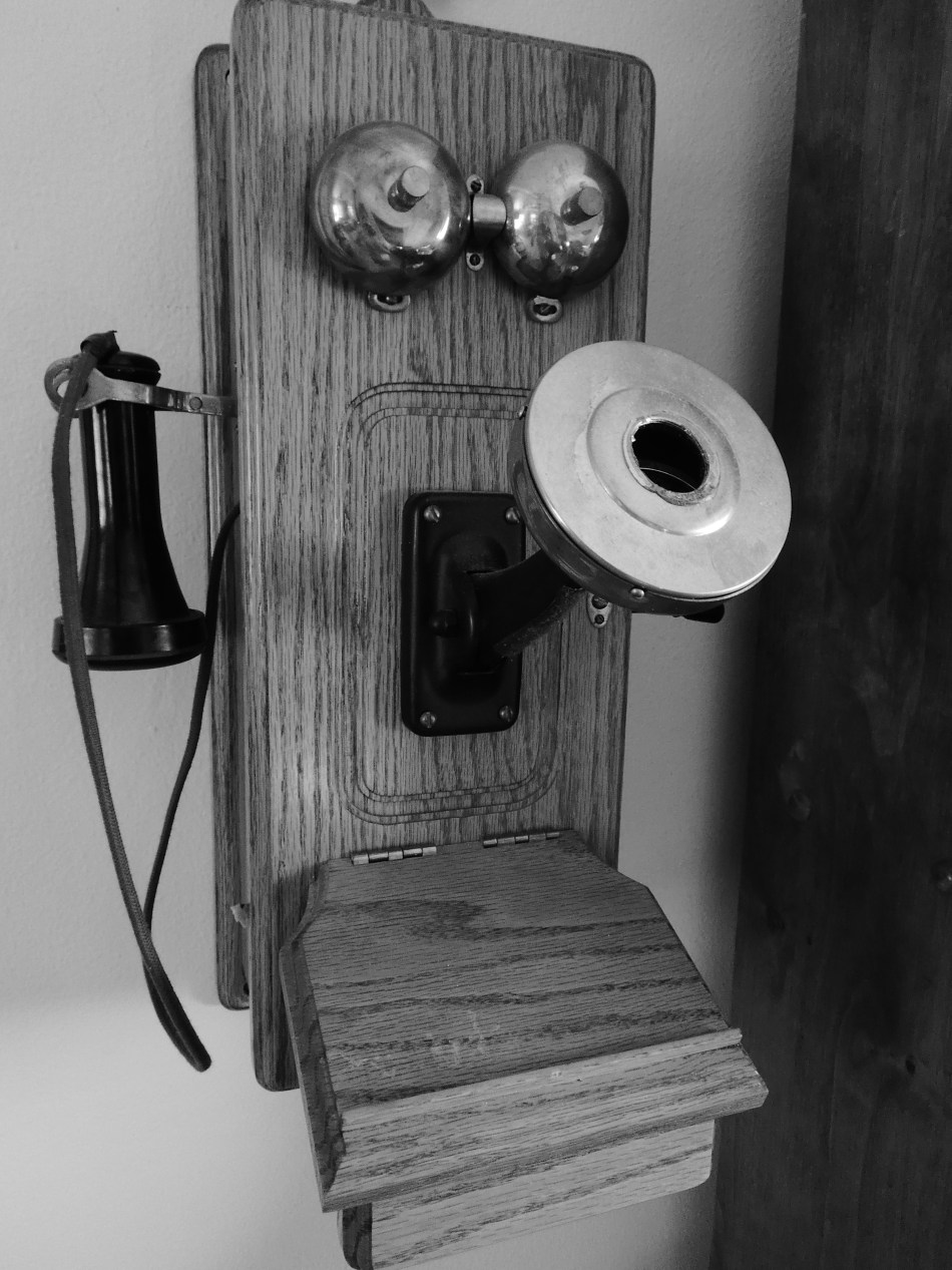 Antique telephone © 2018 ericarobbin.com   All rights reserved.