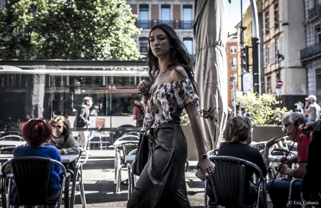 Une jeune femme marche sur une place du centre ville de Toulouse, en mai 2019 A young woman walks on a square in downtown Toulouse in May 2019 Photojournalism Streetphotography Eric Cabanis