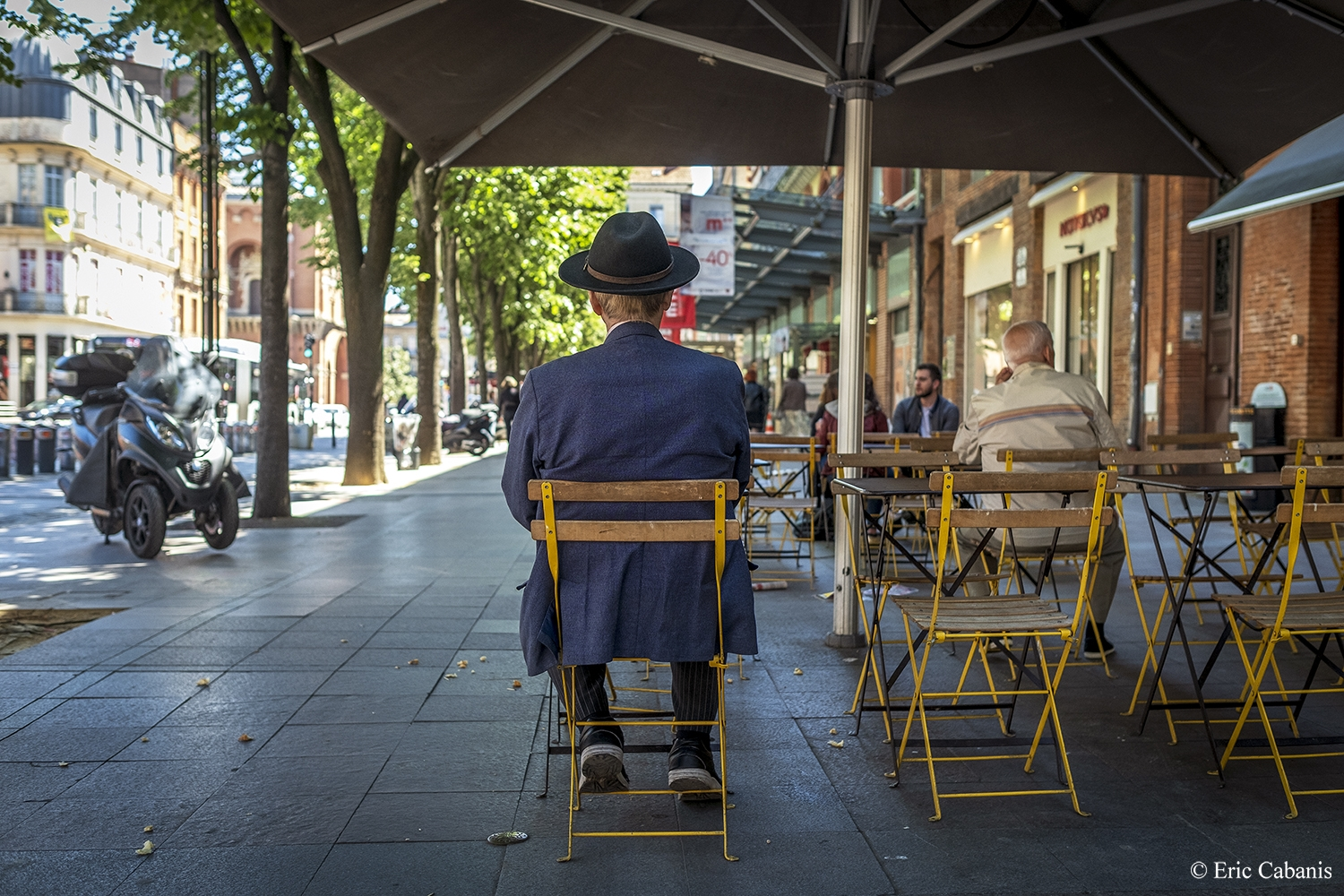 Un homme est assis à la terrasse d'un snack-bar place Esquirol à Toulouse le 15 mai 2019 A man sits on the terrace of a snack bar on Place Esquirol in Toulouse on 15 May 2019 Photojournalism Streetphotography Eric Cabanis