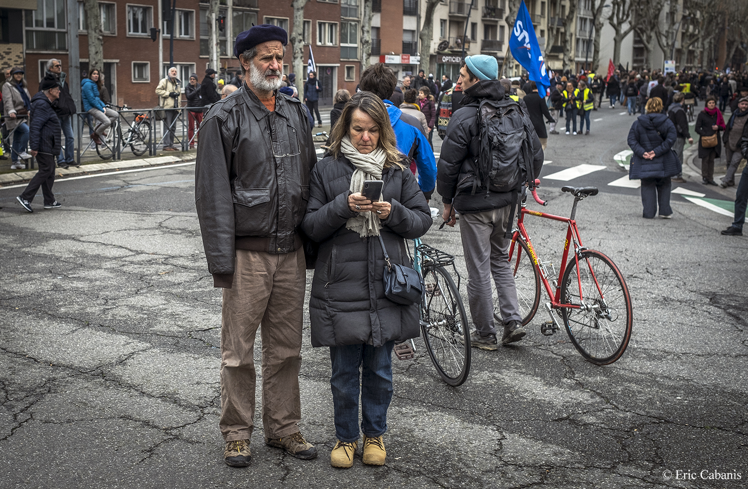 Faced with the January 24th demonstration against the points-based pension project, they were waiting in the middle of the boulevard in Toulouse Photojournalism Streetphotography Eric Cabanis