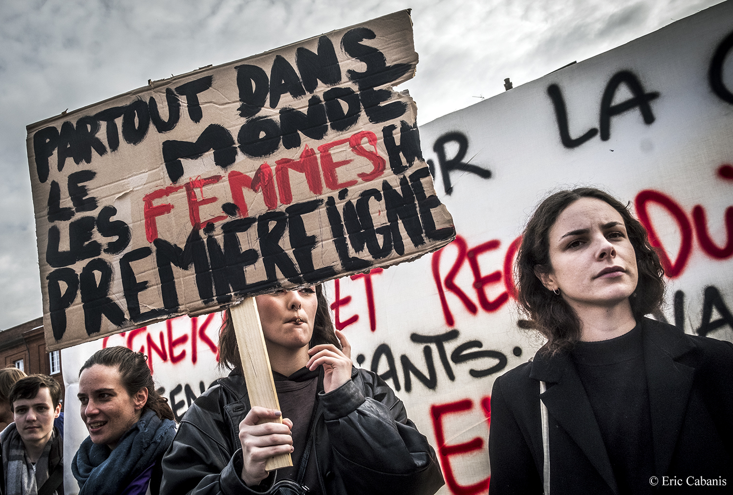 Le 5 décembre 2019 lors de la manifestation à Toulouse contre le projet de réforme du système de retraites des jeunes femmes portent des pancartes On December 5, 2019 during the demonstration in Toulouse against the proposed reform of the pension system young women carry signs Photojournalism Streetphotography Eric Cabanis