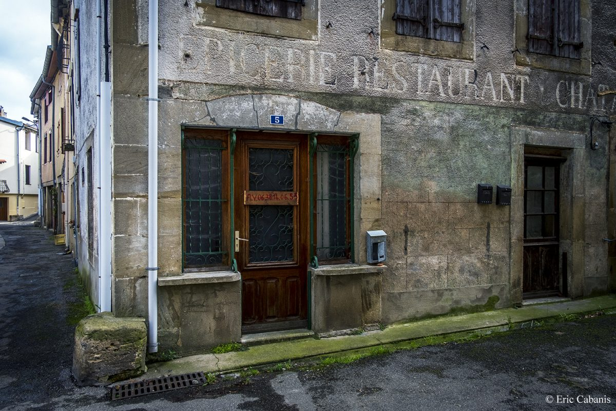Ancienne épicerie-restaurant fermée à Chalabre en février 2020 Former grocery store-restaurant closed in Chalabre in February 2020 Photojournalism Eric Cabanis