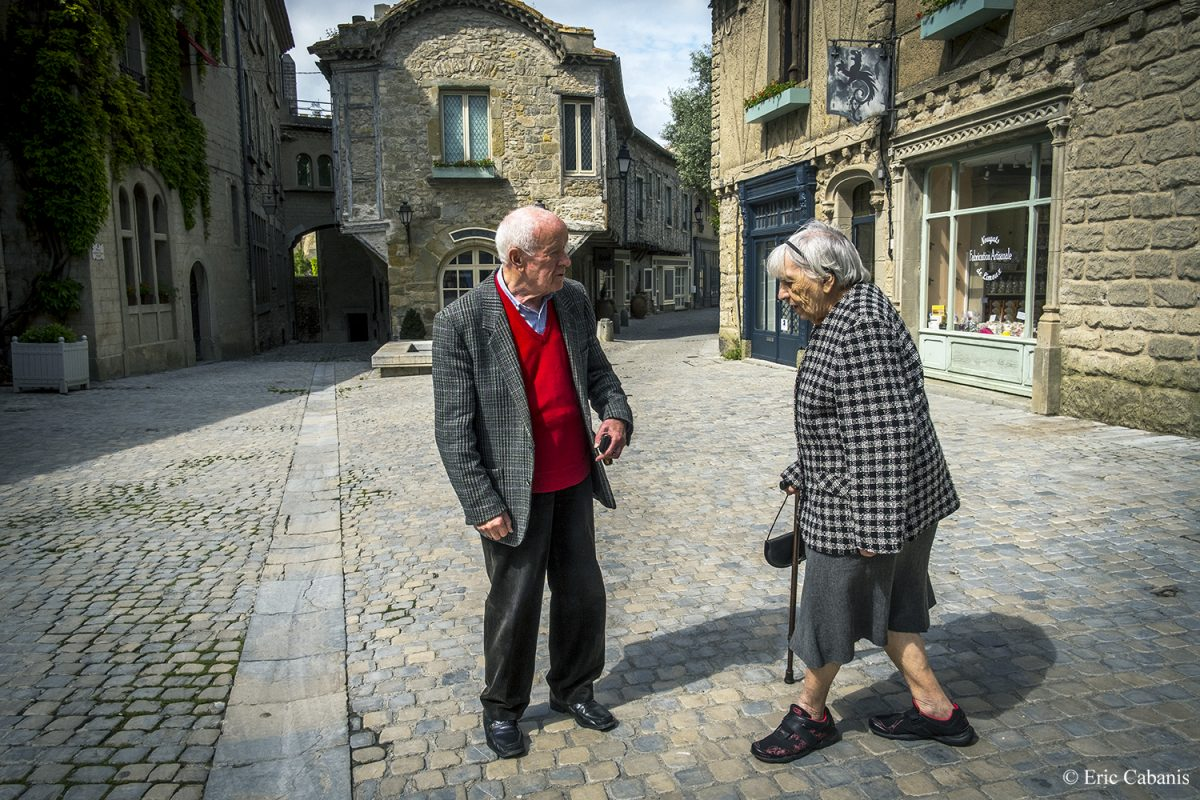 Anne-Marie et Léon dans la cité médiévale de Carcassonne, le 15 mai 2020 Anne-Marie and Léon in the medieval city of Carcassonne, May 15, 2020 Photojournalism Streetphotography Eric Cabanis