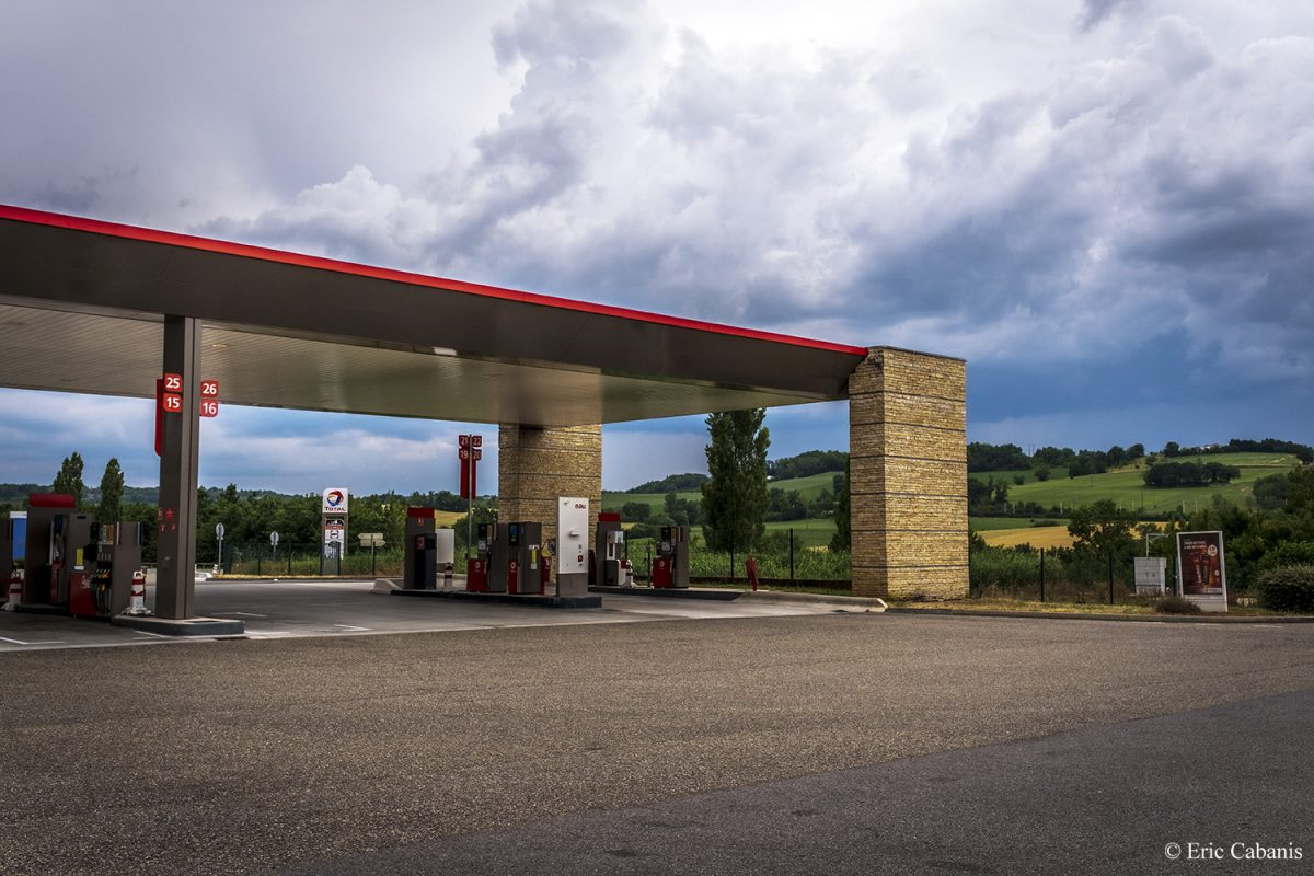 Station essence sur l'autoroute A20 le 3 juin 2020 Petrol station on the A20 motorway on 3 June 2020 Photojournalism Eric Cabanis