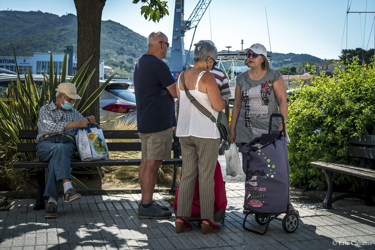 Des gens discutent sur les quais à Port-Vendres le 27 juin 2020 People chatting on the docks at Port-Vendres on June 27, 2020 Eric CABANIS Photojournalisme