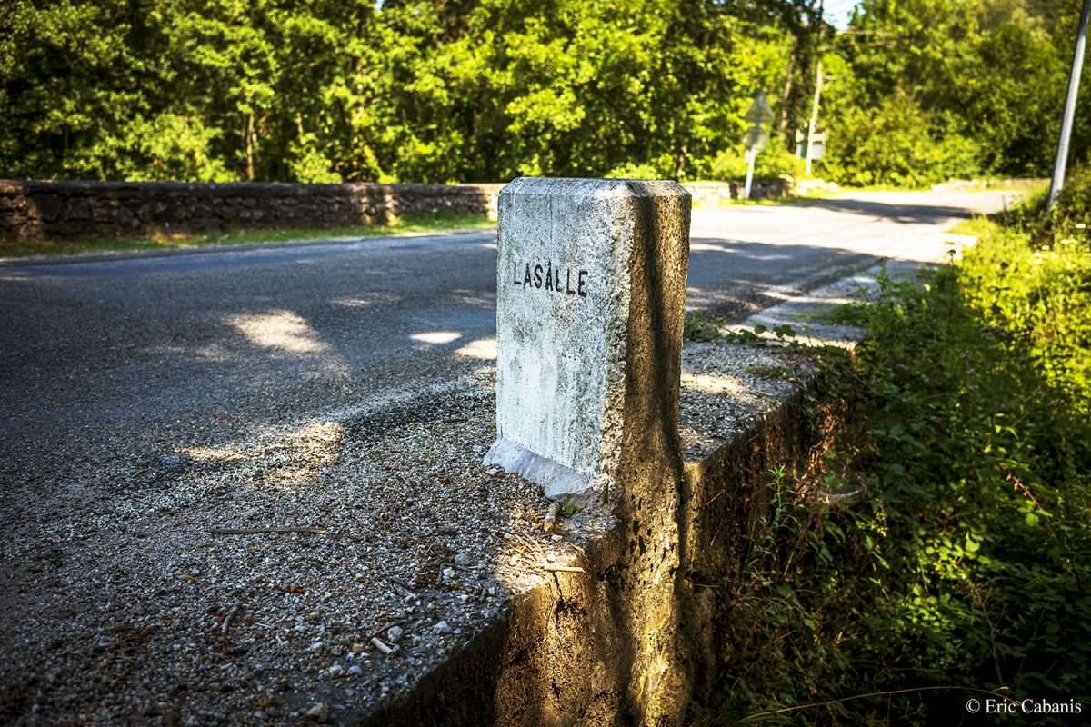 Borne à l'entrée du village de Lasalle dans les Cévennes, le 29 juillet 2020 Bollard at the entrance to the village of Lasalle in the Cévennes, July 29, 2020 Eric Cabanis photojournaliste