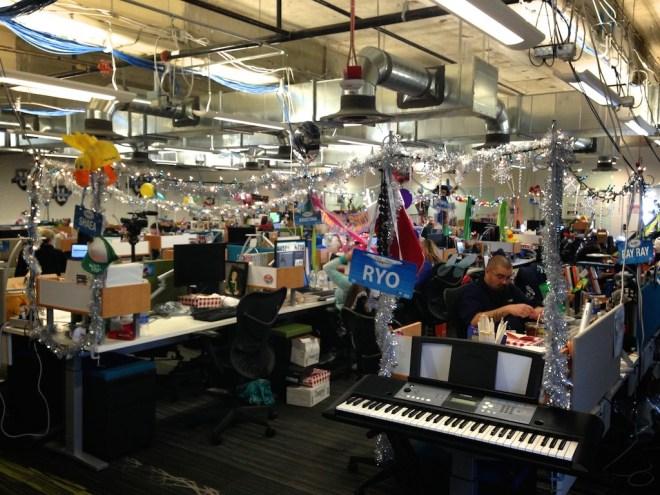 zappos-office-decorated-desks