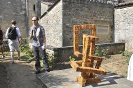 15-07-04-014-Erick-Fourrier-devant-Son-oeuvre-intitulée-la-Colone-sans-finP.