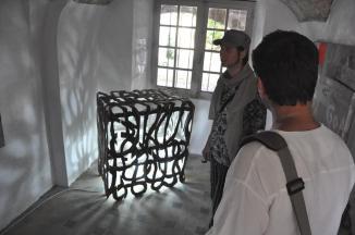P15-07-04-298-dans-la-pièce-du-fond-cotoyant-les-peintures-dInna-Maaimura-une-oeuvre-insolite-de-Erick-Fourrier