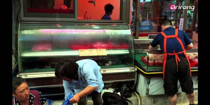 Alex Webb Shoots the Streets of Korea