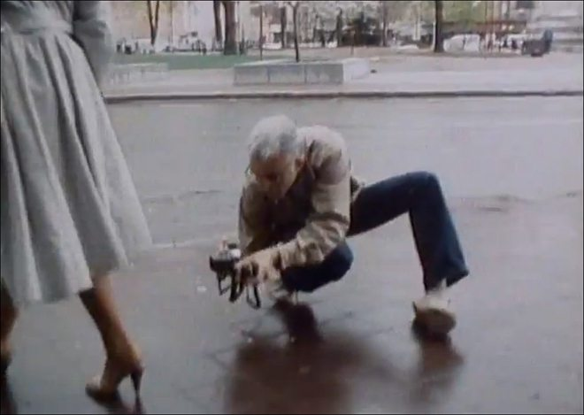 Mark Cohen in action, shooting without the viewfinder at a very low angle.