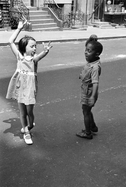 Helen Levitt / New York, c.1940 (kids dancing)