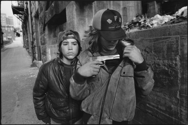 """""""Rat"""" and Mike with a gun, Seattle, Washington, 1983 / Mary Ellen Mark"""