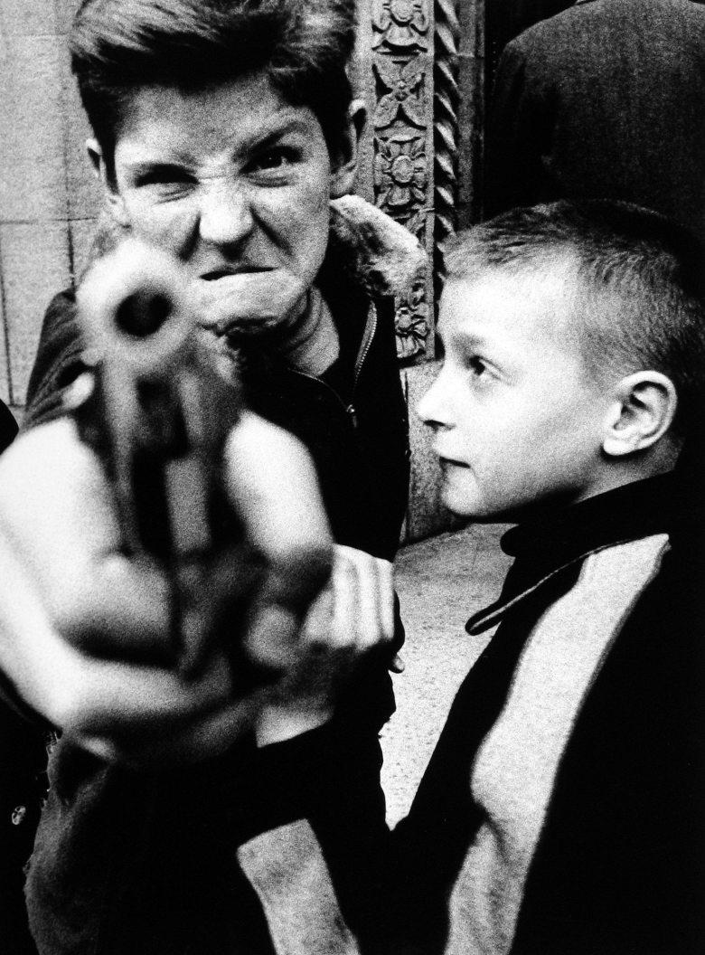Gun 1, New York, 1955 (c) William Klein