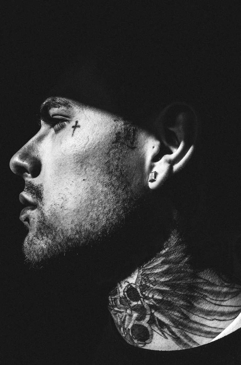 tattoo-neck-downtown-la-santee-alley-side-2015-ricoh-eric-kim-street-photograpy-black-and-white-monochrome-12