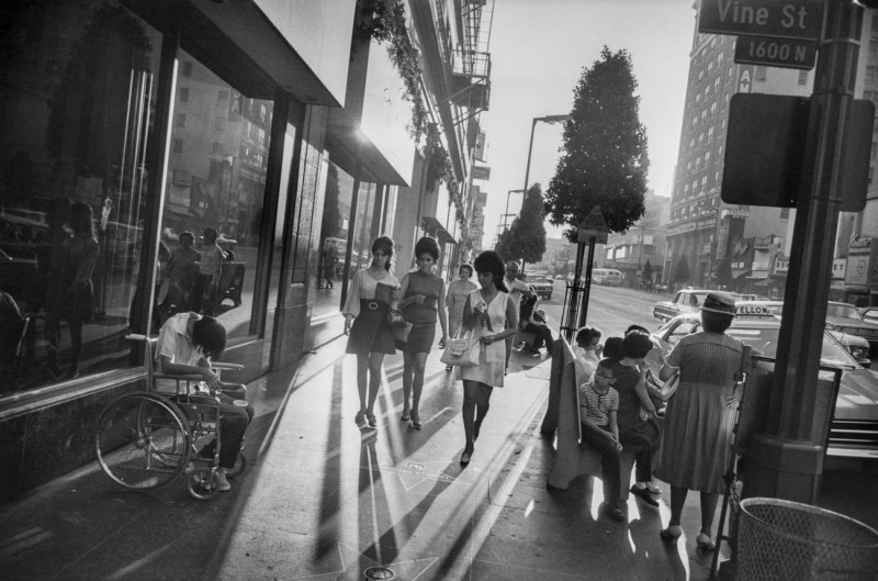 garry winogrand women walking down boulevard