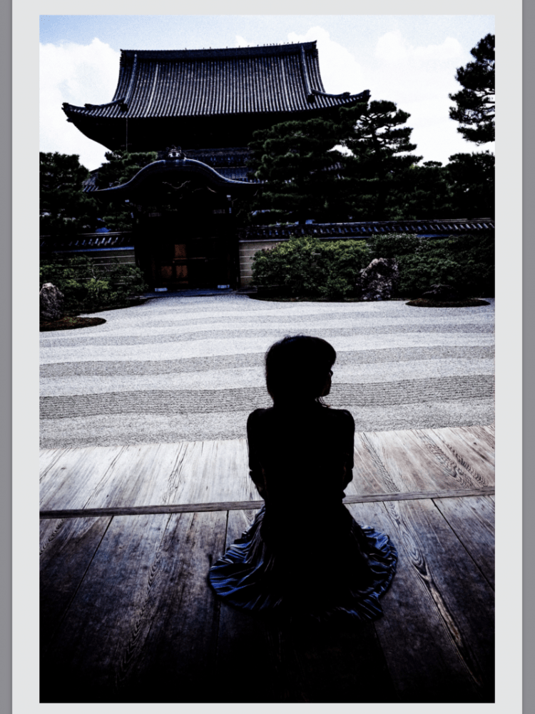 Kyoto street photograph of woman at temple, 2017