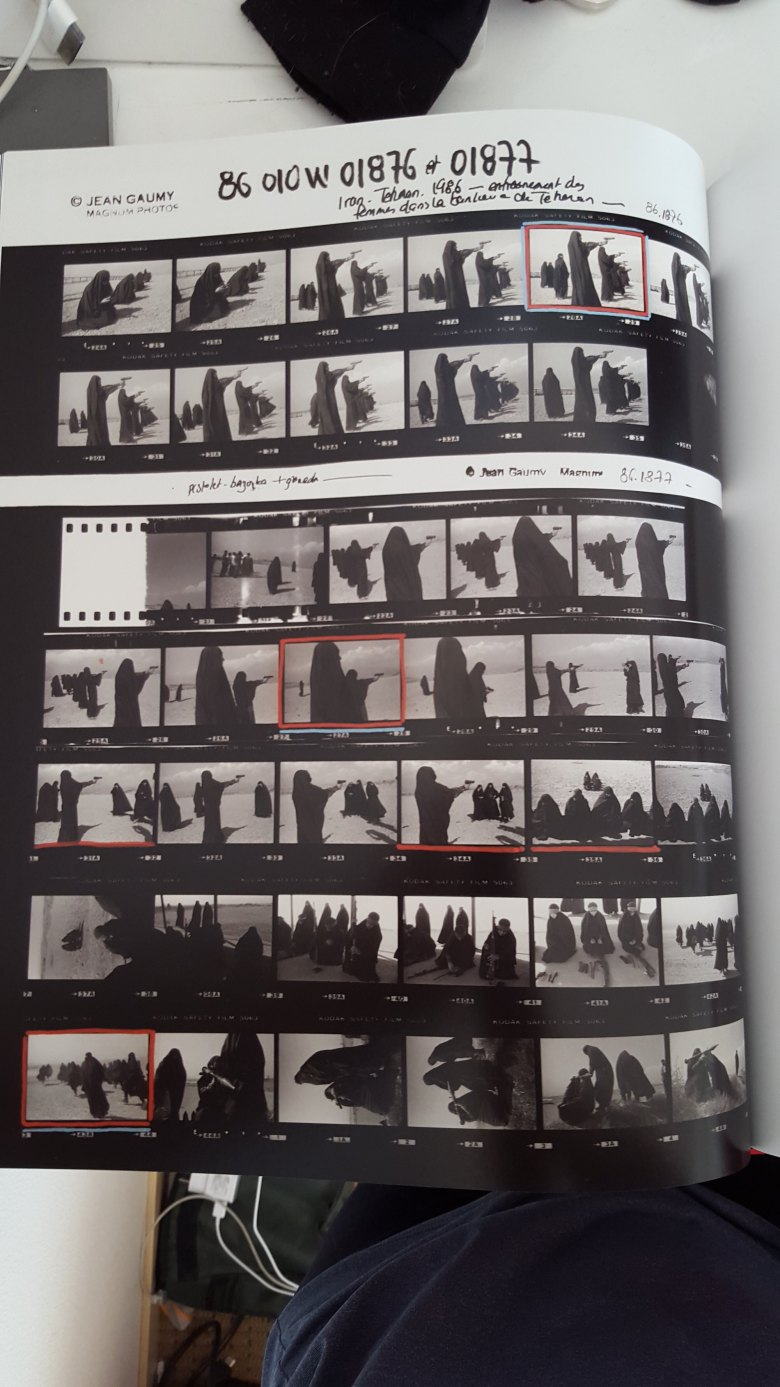 Jean Gaumy contact sheet- women burka - shooting guns1