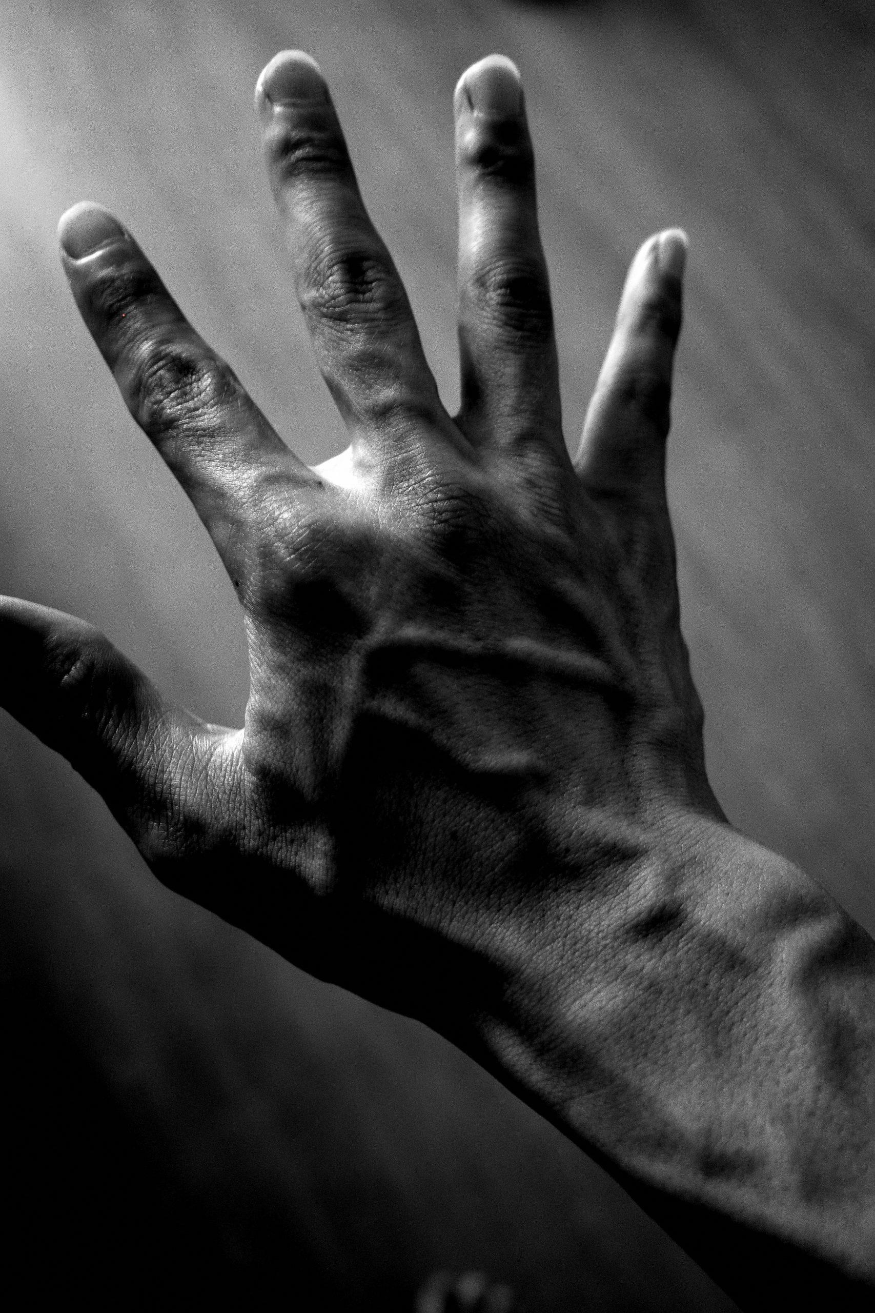 black hand ERIC KIM selfie