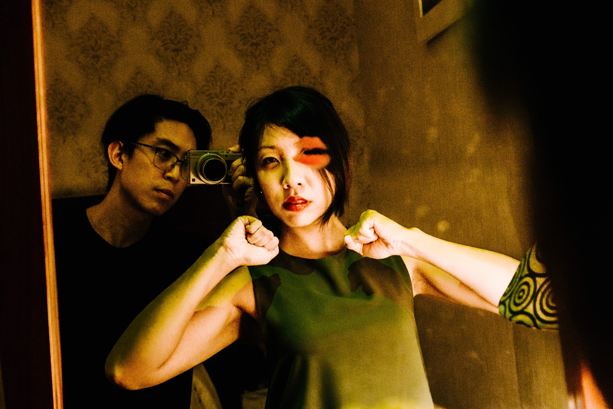 Cindy kiss eye mirror selfie Saigon