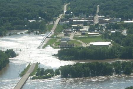 dike fails in Columbus Junction Iowa massive flooding occurs