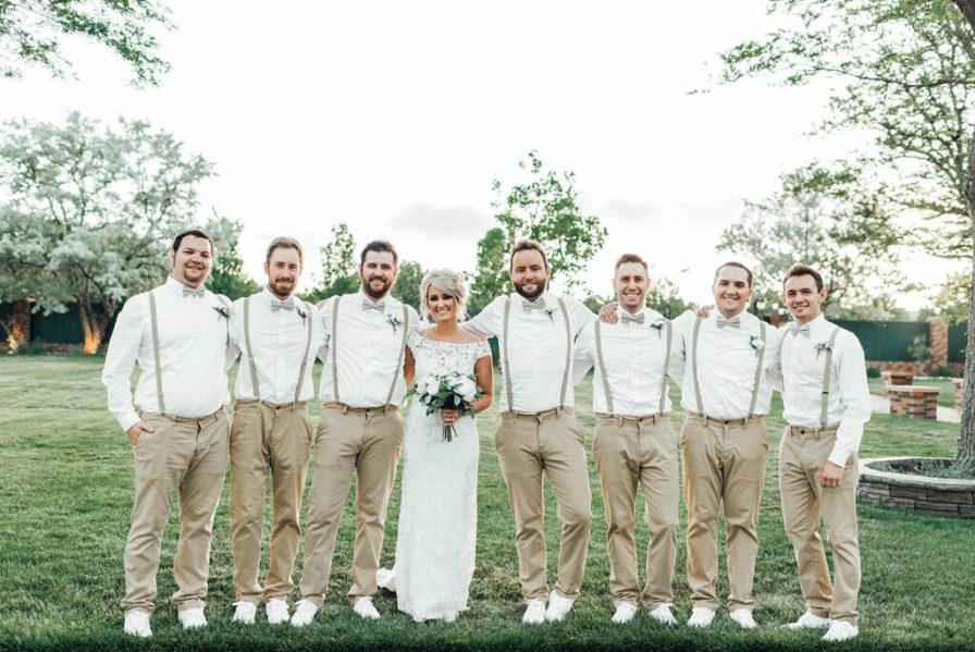 Bride and groomsmen photo ideas