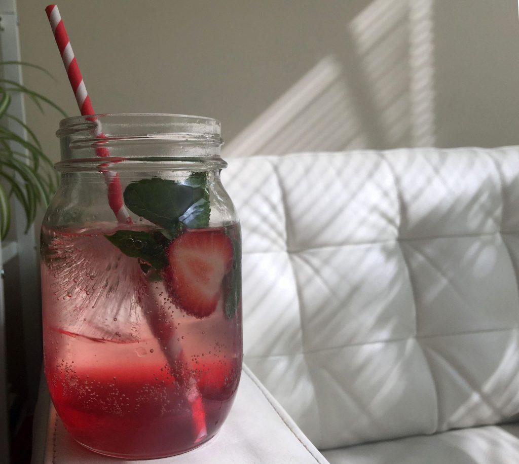Rhubarb soda with mint