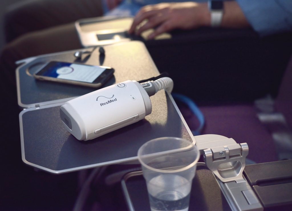 sleep-apnea-travel-cpap-airmini-on-airplane-tray-table-full-photo-1024×741-1