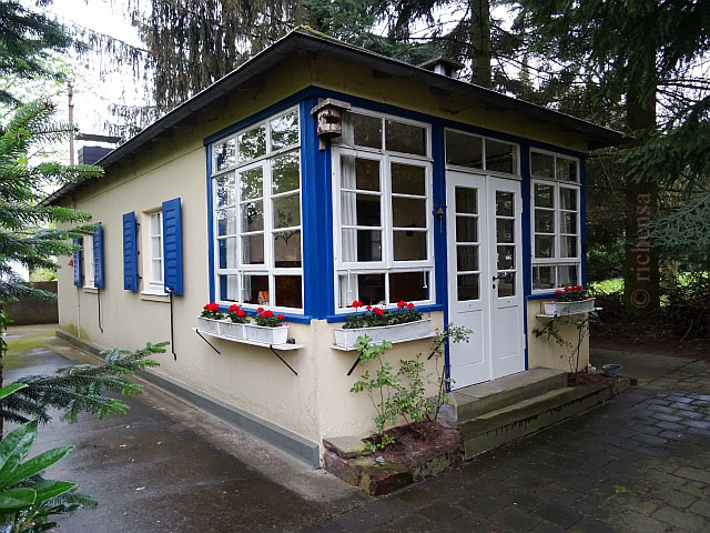 Gartenhaus mit Geranien