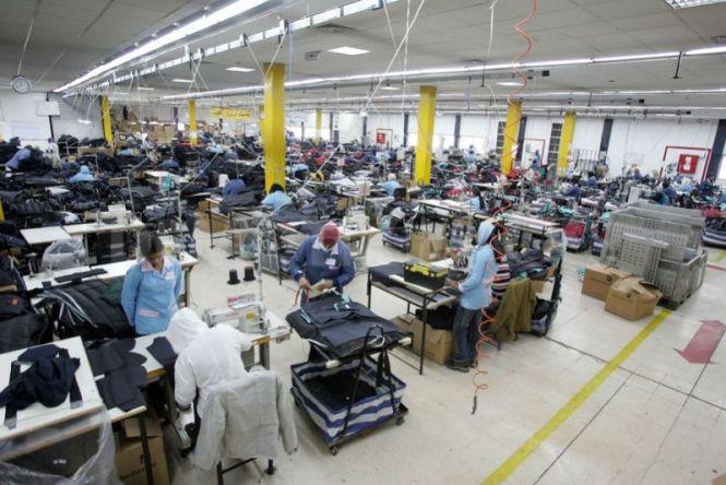 Proses-Pembuatan-Pakaian-di-Pabrik-Baju