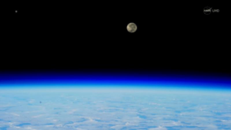 Auroras Boreales tocando la Tierra, con la Luna de fondo