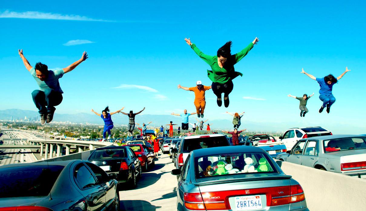 Bailarines saltan sobre los autos en la secuencia de Another Day Of Sun de La La Land