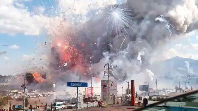 Rinden homenaje las víctimas de la explosión en Tultepec con exhibición de fuegos artificiales