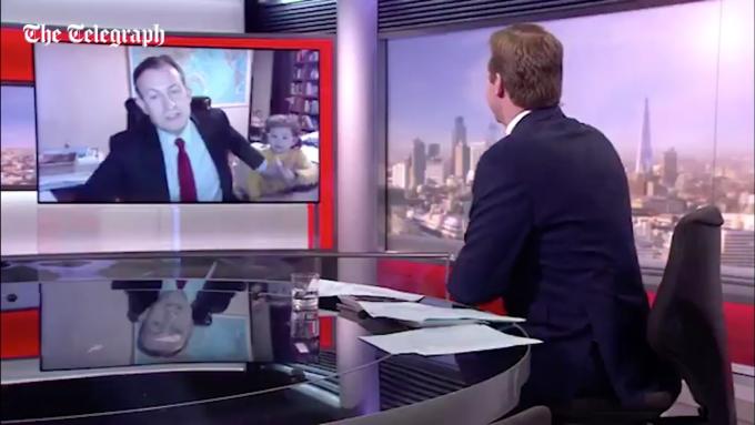 Niños interrumpen una entrevista para la BBC