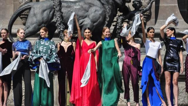 ¿Por qué todos en Fashion Week México llevan un paliacate blanco?