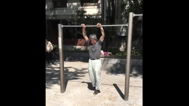 Un anciano impresionó a Internet con su habilidad en las barras asimétricas