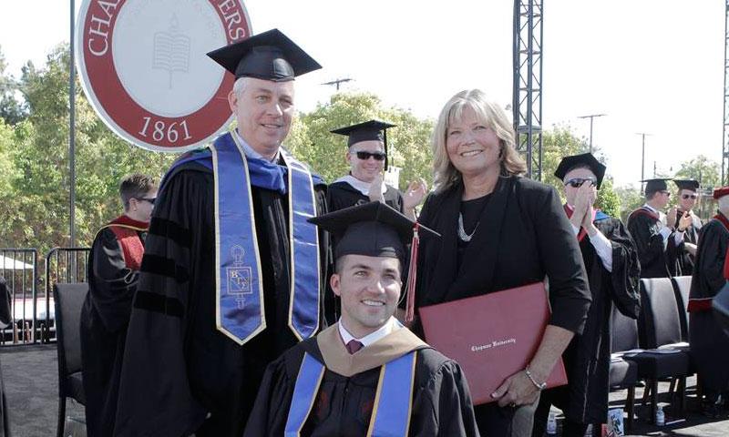 Madre ayuda a su hijo cuadripléjico a graduarse y recibe título honorario