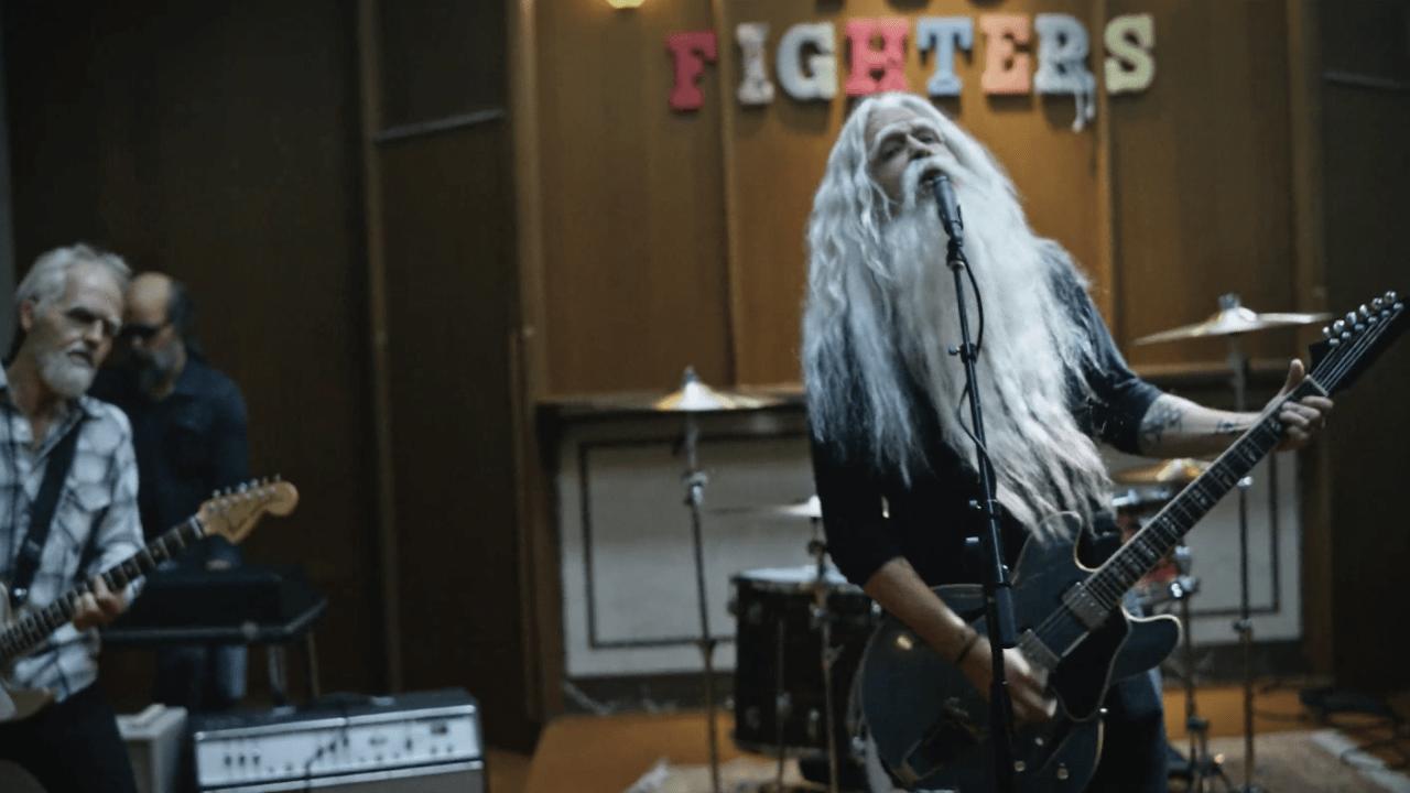 Viejitos rockeando con Foo Fighters