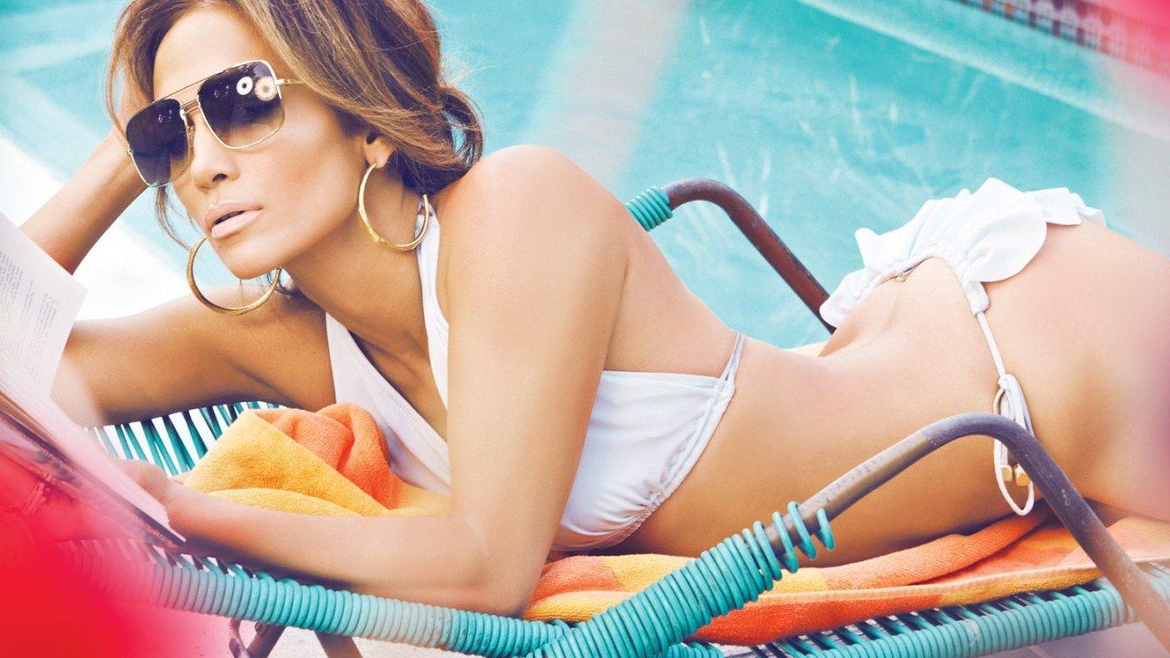 Jennifer Lopez presume su tonificado trasero junto a La Roca