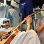 Abhishek Prasad tocando guitarra durante su operación de cerebro