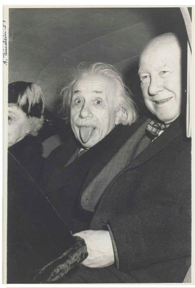 Foto de Albert Einstein sacando la lengua en su cumpleaños 72, 1951