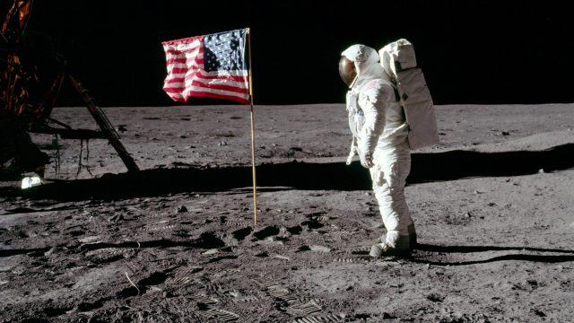 Misión Apollo 11 en la Luna con bandera de Estados Unidos