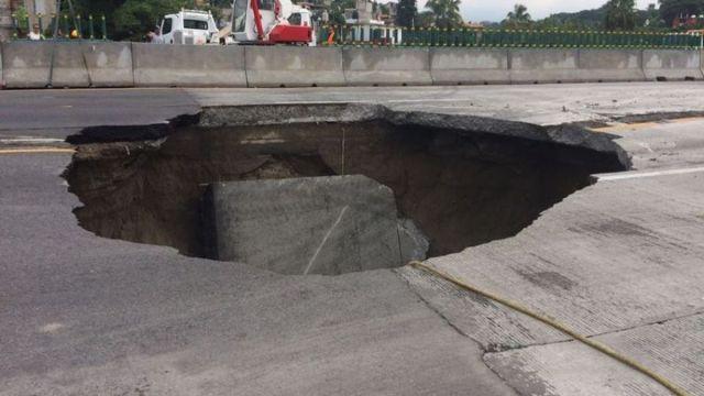 Socavón en la carretera México-Cuernavaca provoca dos muertes