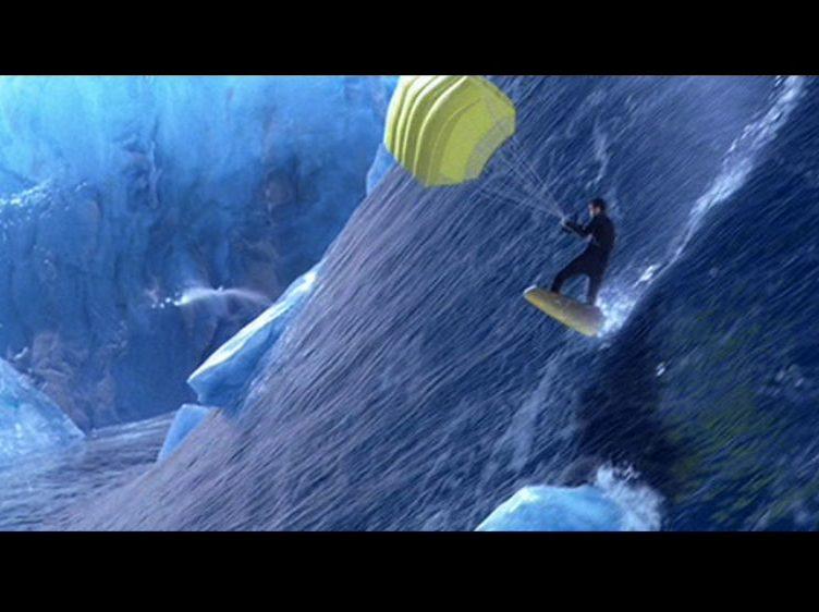 James Bond surfeando en un tsunami en Otro día para morir