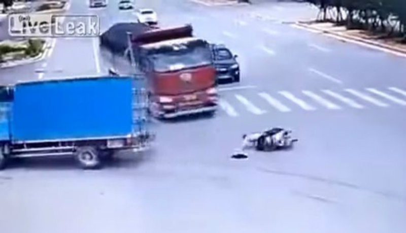 Motociclista chino burla la muerte dos veces