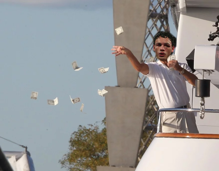 Chavez Jr causa polémica contando billetes